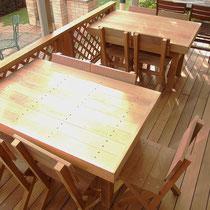 オーダーで作りましたイタウバのテーブルとイス。デッキ素材で作っているので、雨ざらしでも腐りの心配はほぼありません。