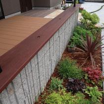 ブロックに取り付けた座板は、セランガンバツー製に赤褐色の塗装を施しました。