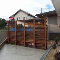 ウッドフェンスがついて、芝貼りや固まる土も完了。お庭が二分割されたような仕上げです。