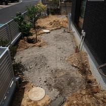 舗装する部分は掘削してから砕石転圧。今回は施工しなかった照明器具のための配管を、将来のために事前埋設します。