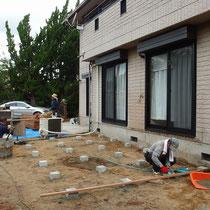 まずは束石が建つ場所にコンクリート束石を設置。重たいウッドデッキを支える重要な土台です。