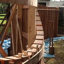 すき間30mmの均一感を守りながら垂直に柱を立てる。シンプルだけど難易度が高い施工でした。