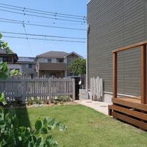 1回目の工事で完成したフェンスのお陰で、道路からの目線もシャットアウトする寛ぎのお庭になりましたね。