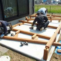 事前に準備してきた大引を三尺ピッチで組み立てます。