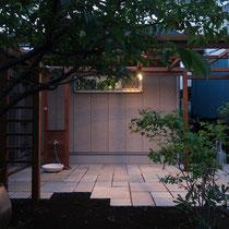 夜にも涼しげな石畳のテラス、パーゴラで遊び心が満載のお庭になりました。