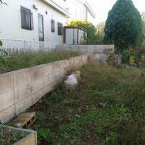 施工前、お庭が幾段にも分かれており、雑草に覆われ生かし切れていない空間を持て余していました。