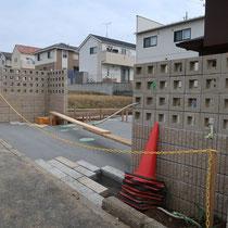 ブロック積後にコンクリート打設、所々に御影石のボーダーを配置します。