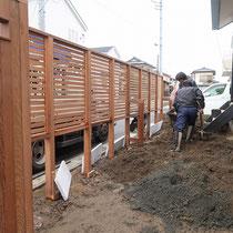 足りない分の土盛りをしつつ、フェンスの柱に取り付ける土留め板で高低差を生み出します。