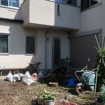 施工前、まずは不要な石材や植物を撤去するところからスタートです。