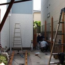 隣地境界側に埋め込み柱を設置。設置個所はなるべく邪魔にならないようそれぞれ解体、掘削してから柱を立てます。