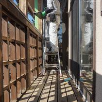 良く乾かしてから二日目、養生をしながら塗装を開始します。