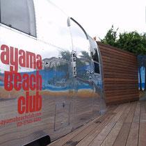 3シーズン目を迎えるHayama Beach Club様。エアストリームとイラスト看板が引き立つ、大きなデッキテラス。