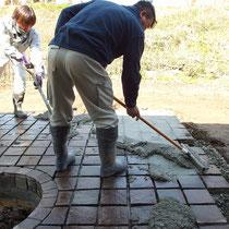 広い面積の石貼りにモルタルを積めて、遅延剤を散布後に洗い流す作業です。