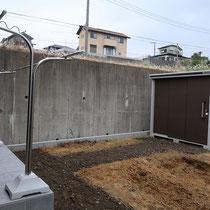 着工中、不要な土を掘削処分し、舗装部分に砕石を敷きこみます。