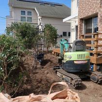 まずはお庭全体をユンボで掘り起こして、ほとんどの植物を一掃しました。