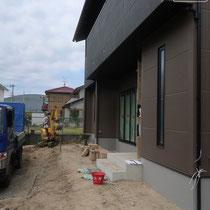 玄関の施工前、デッキとスロープ、ポストなどを配置するデザインの要となる場所です。