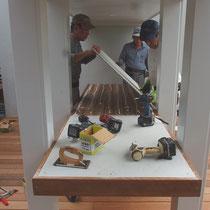 テーブル下地、人工大理石を乗せる面はフレキシブルボードでフラットになるように準備しました。