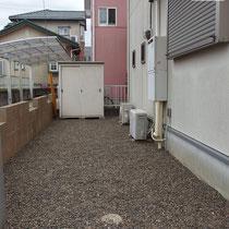 既存の砂利を移動しながら再利用しました。見違えるように綺麗になった建物まわりです。