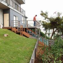 既存のウッドデッキとも相性のよい、ハードウッドで作成した階段と踊場が完成しました。
