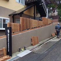 傾斜部分のフェンスも事前に測量した寸法をもとに作成、現場で組み立てていきます。