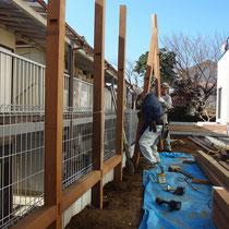 90mm角のイタウバ柱はとても重く、ほぞで組み上げるので頑丈な仕上がりが期待できます。