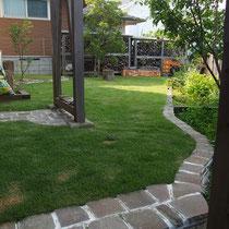 張芝後1ヵ月経った7月。振り返れば雑草が顔を出す前の一番きれいな時でした。