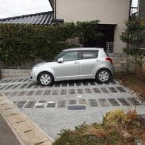 完成写真。自動車二台と自転車が余裕でおけるスペースが、洗い出し舗装になりました。