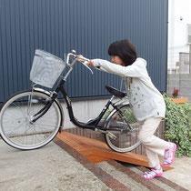 階段の上に自転車を上げるためのスロープ。