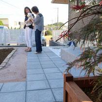既存タイルに合う平板の舗装と固まる土で覆った部分は、お手入れ不要な箇所として靴を汚さずに自由にお庭を楽しめます。