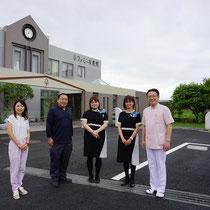 完成後に記念撮影。医院長とスタッフの皆様、コーディネーターの矢島さんが集まってくれました。