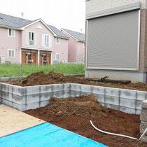 着工前は最低限の土留ブロックと配管埋設までされていました。
