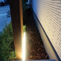 列柱の背後に設置したLEDバーライト。壁面を演出する間接照明です。
