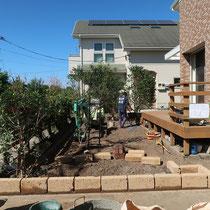花壇で駐車場との境をつくる事で、オープンな庭のプライベート感が高まります。