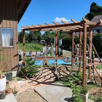 木製柱とパーゴラを設置したところ。ここからつくる目隠しフェンスで風合いがぐっと変わります。