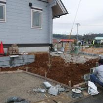 高低差のある道路面の下部、土留めのブロックを裏地に積み表面は石積で仕上げます。