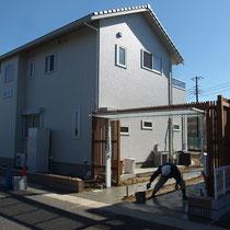 扉の納まりと両サイドのブロック積、ウッドフェンスなどが緻密な配置により収まってきました。