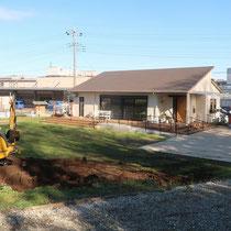 駐車場の増設工事、まずは地面を掘削しながら、水勾配をとって水たまりが出来ないようにユンボで整地します。