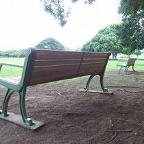 きれいなベンチになると、思わず座りたくなりますね。