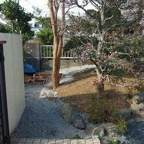 固まる土の舗装部分には、凍結によるひび割れを防止する基礎路盤を作ります。