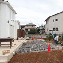 レンガ舗装の部分は、掘削・残土を処分してから砕石を敷き詰めます。