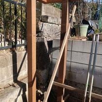 隣地境界の杭をかわしつつ、角地は二本の柱でフェンス板をつなぎました。