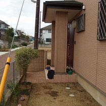 工事着工前、よくある家の脇道に