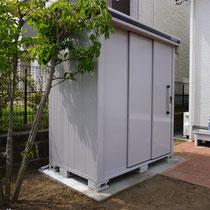 高所で風が強い敷地の為、転倒防止対策としてコンクリート基礎の頑丈な物置を組み立てました。