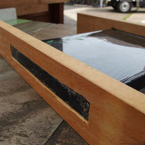 2cm厚のガラス表札、木材を掘って挟み込むように取付しなおします。