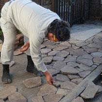 ジャワ鉄平の乱形石、なるべく加工しないで目地を揃えながら仮配置していきます。