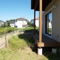 施工前、広いお庭は用途を分けて対策を行わないと、雑草がはびこり手入れが大変です。