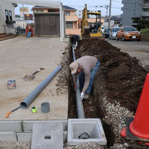 水はけを改善するにあたり、桝にたまった水を道路側に排出する配管を埋設します。