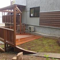 ウッドデッキと芝生がフラットなお庭、ハードウッドで腐りにくい素材だからこそできる仕上げです。