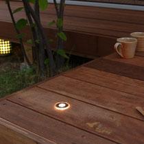 デッキに埋め込んだライト、電気工事の資格がいらない商品なら、自由に好きなだけつけられます。