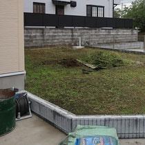 施工前、雑草を除去し芝生を張りたい、塞ぎ切れていないフェンスを完成させたいというご要望でした。